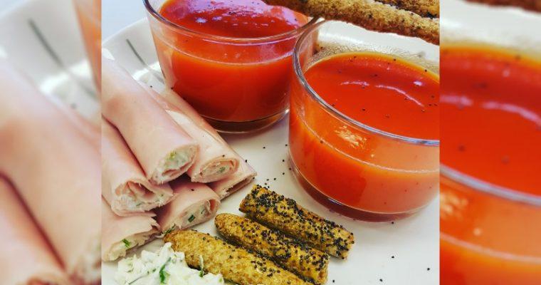 Paprikasoep, kruidenkaas-hamrolletjes en soepstengels